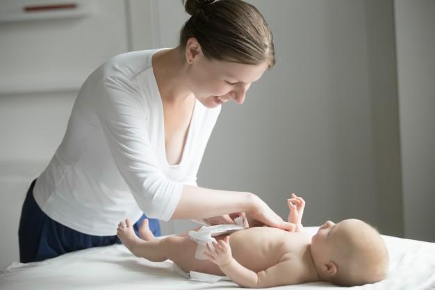 cara mengganti popok bayi